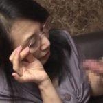 【還暦おばん イタグレ】老眼鏡がとても似合う熟女が若いチンポを観察する無修正SEX動画